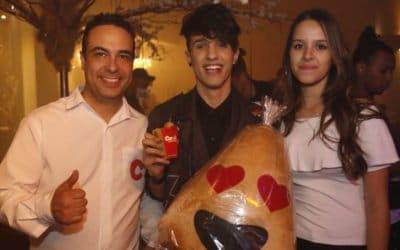 Carol Coxinhas participa de comemoração aos 3 Milhões de inscritos do youtuber Gregory Kessey em São Paulo